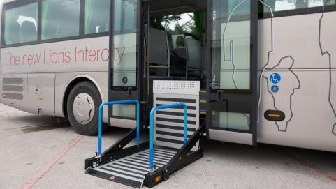 A lifting platform at door 2 also allows wheelchair access to the vehicle. DE: Ein Hublift an Tuer 2 ermöglicht den barrierefreien Zugang zum Fahrzeug. UK: A lifting platform at door 2 also allows wheelchair access to the vehicle.