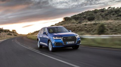 Der Audi-Konzern hat das erste Quartal 2015 erfolgreich abgeschlossen: Von Januar bis Maerz erwirtschaftete der Ingolstaedter Premiumhersteller Umsatzerloese von   14.651 Mio. und ein Operatives Ergebnis von   1.422 Mio. Die Operative Umsatzrendite lag bei 9,7 Prozent. Audi TT Roadster, Audi RS 3 Sportback, Audi R8 und Audi Q7 sollen der Marke mit den Vier Ringen bei der naechsten Stufe ihrer Modelloffensive zusaetzlichen Schub verleihen.