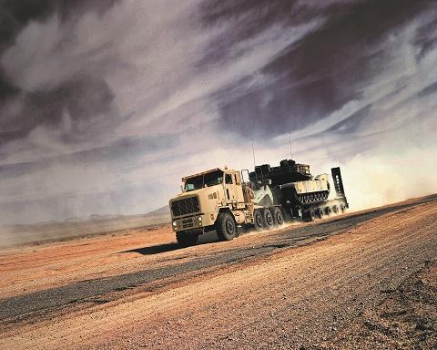 Legendinis M1070A1 su 700 AG varikliu – galingiausias logistikos vilkikas, be kurio neįsivaizduojamos JAV sausumos pajėgų operacijos.