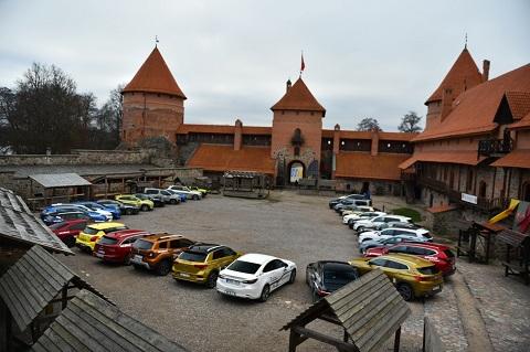 Lietuvos metų automobilis 2019 rinkimų dalyviai Trakų pilies kieme (2)