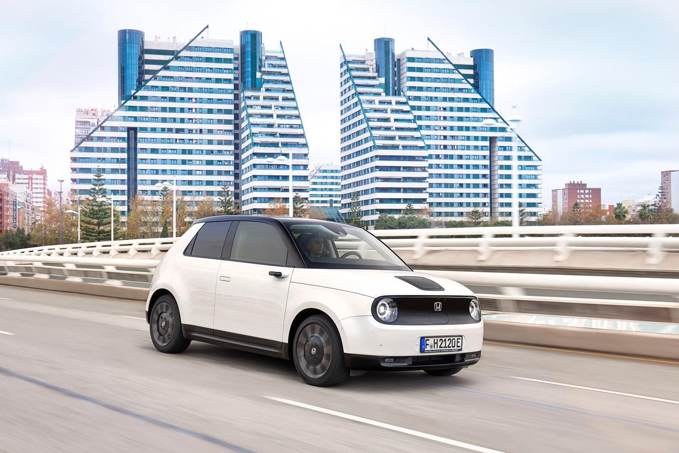 balta 2020 Honda e važiuoja moderniame didmiestyje