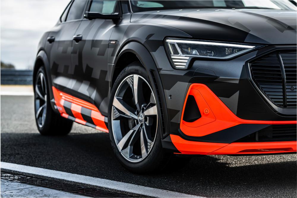 Audi e-tron elektromobilis modernioje aplinkoje