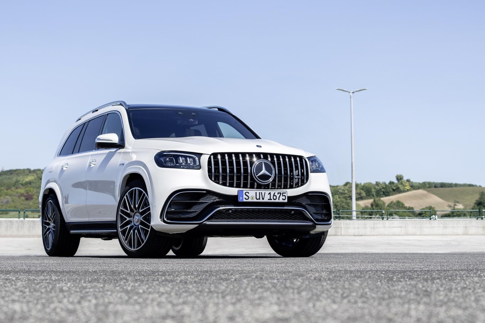 balta Mercedes-AMG GLS 63 4MATIC+ kelyje