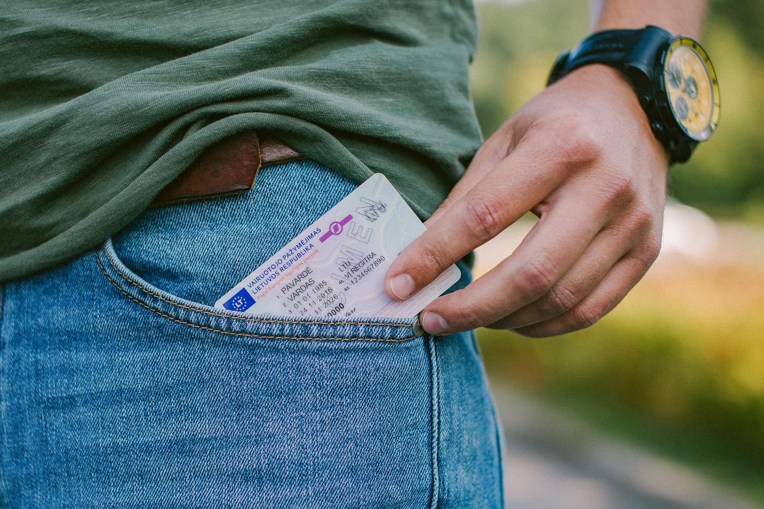 vairuotojo teisės dedamos į kišenę