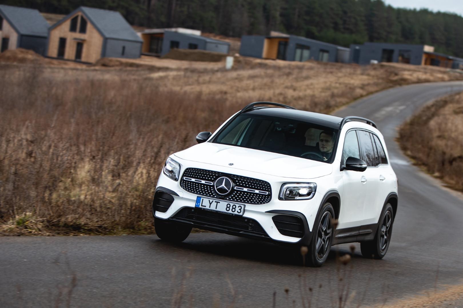 baltas Mercedes-Benz GLB kelyje Lietuvoje