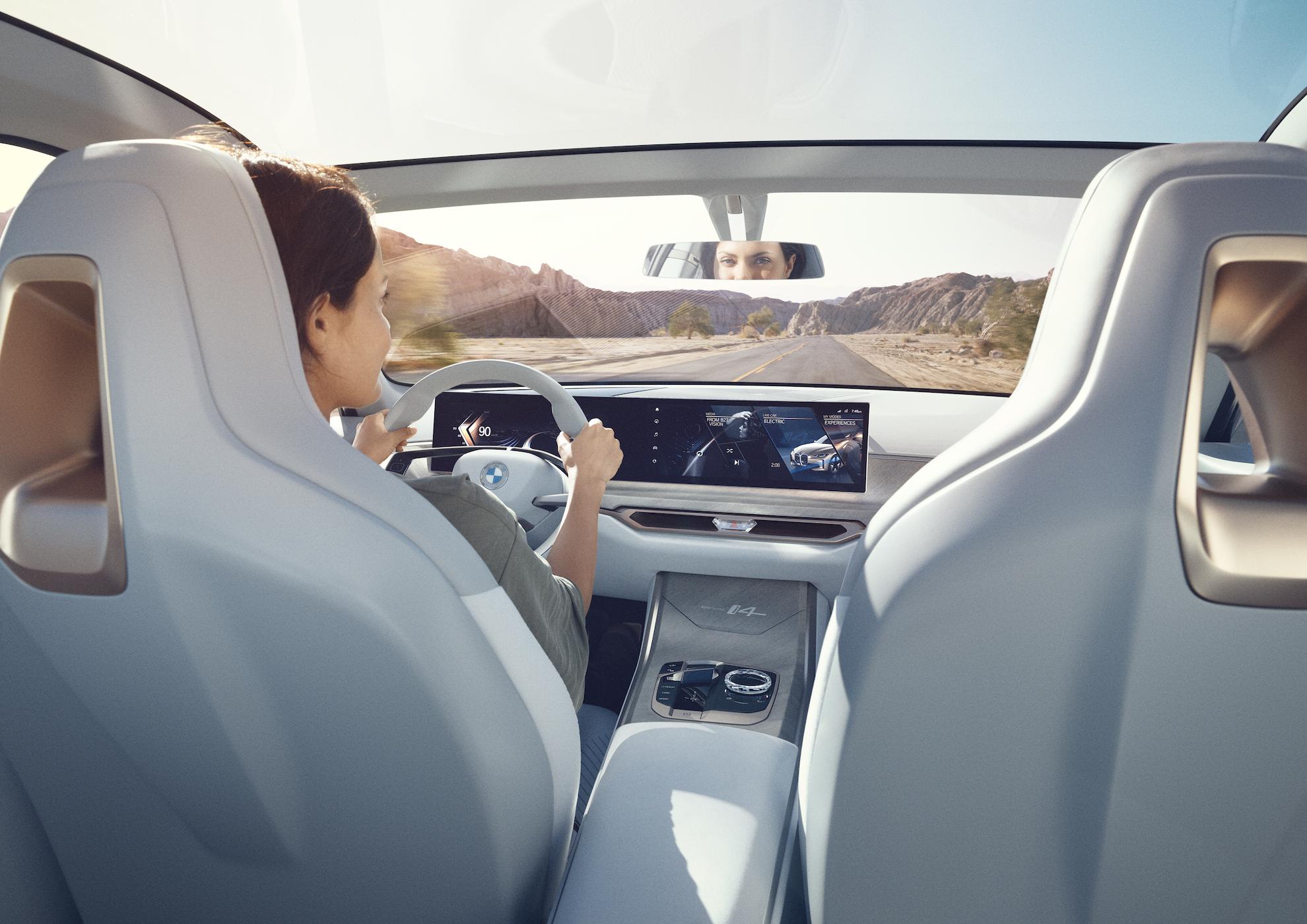 """Elektromobilis """"BMW i4"""" prototipas važiuoja kalnuota dykyne"""