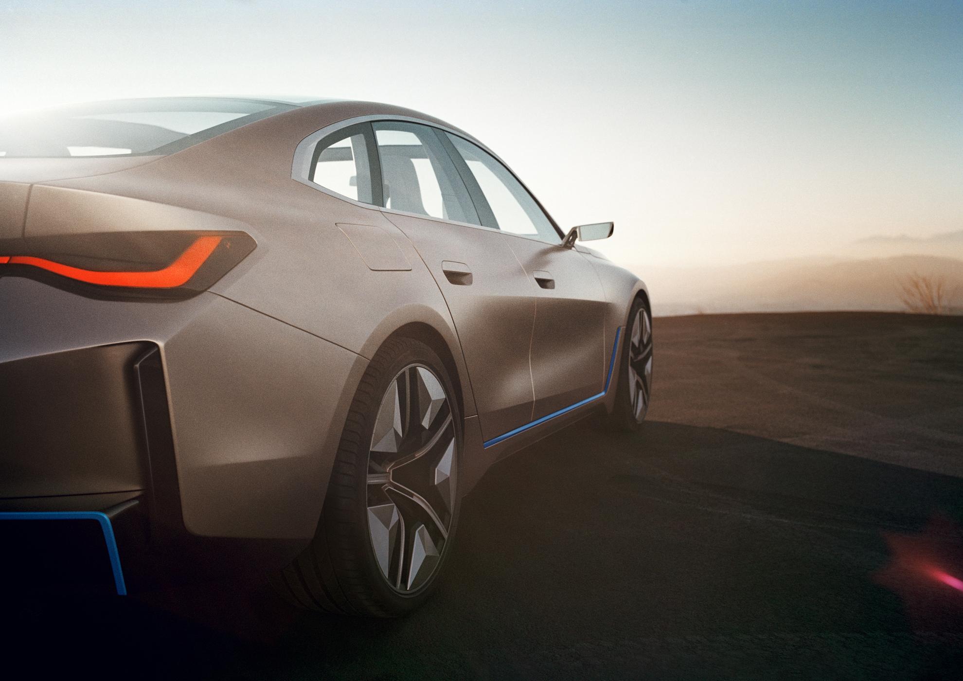 """Elektromobilis """"BMW i4"""" prototipas važiuoja dykyne"""