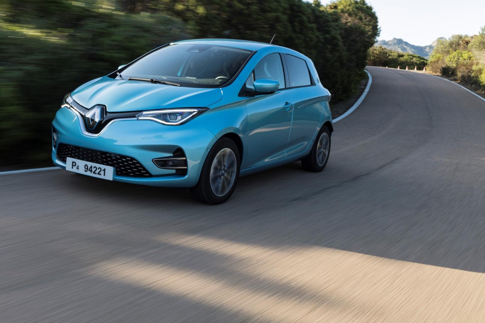 mėlynas elektromobilis Renault Zoe važiuoja keliu