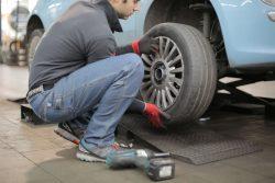 automobilių servise keičiamos padangos