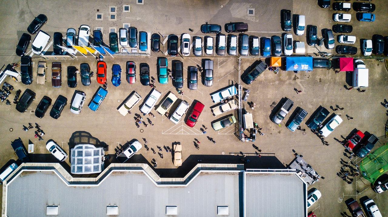 automobiliai parkavimo aikštelėje iš viršaus