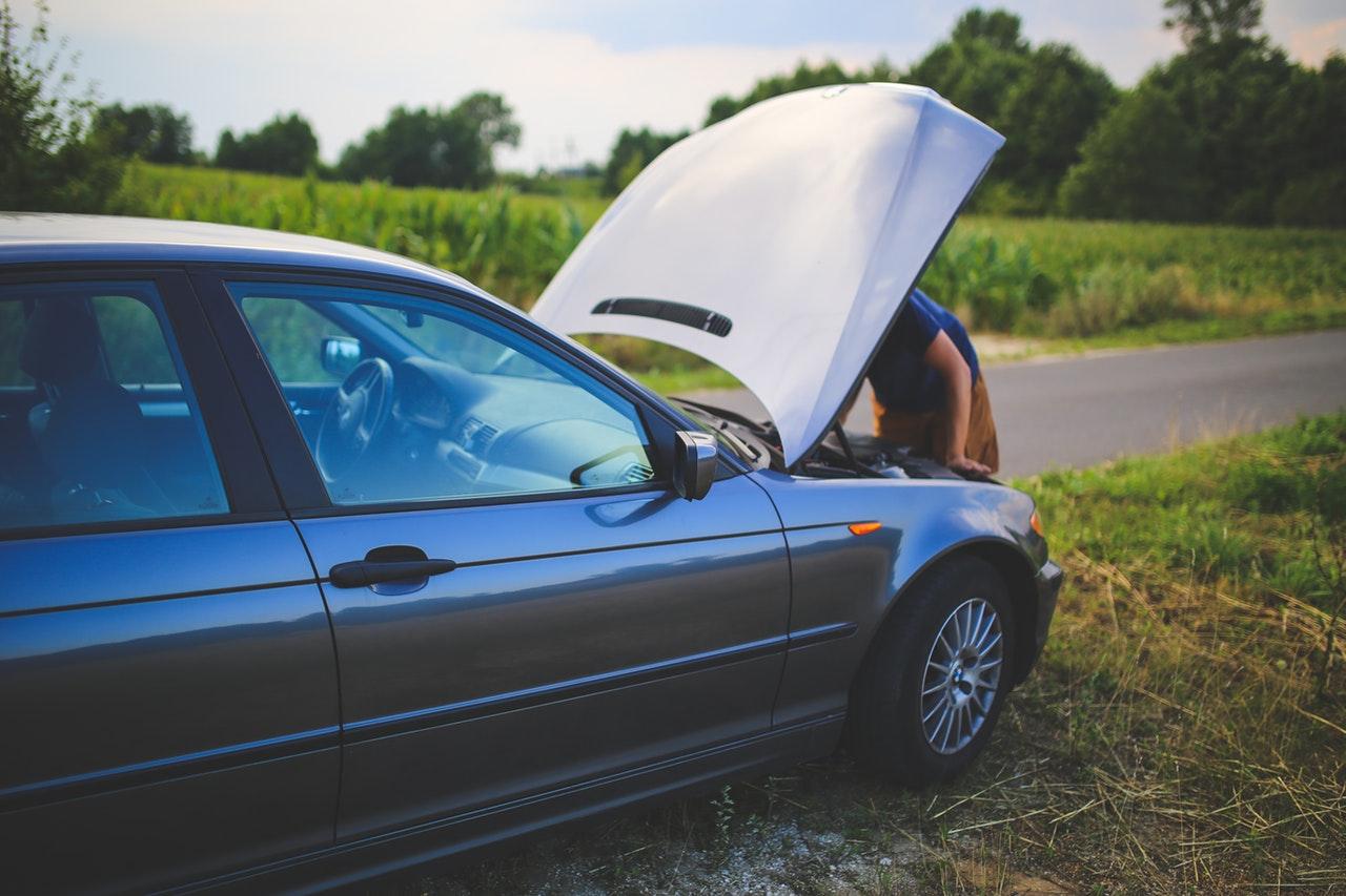 avarija, vyras atsidaręs automobilio kapotą