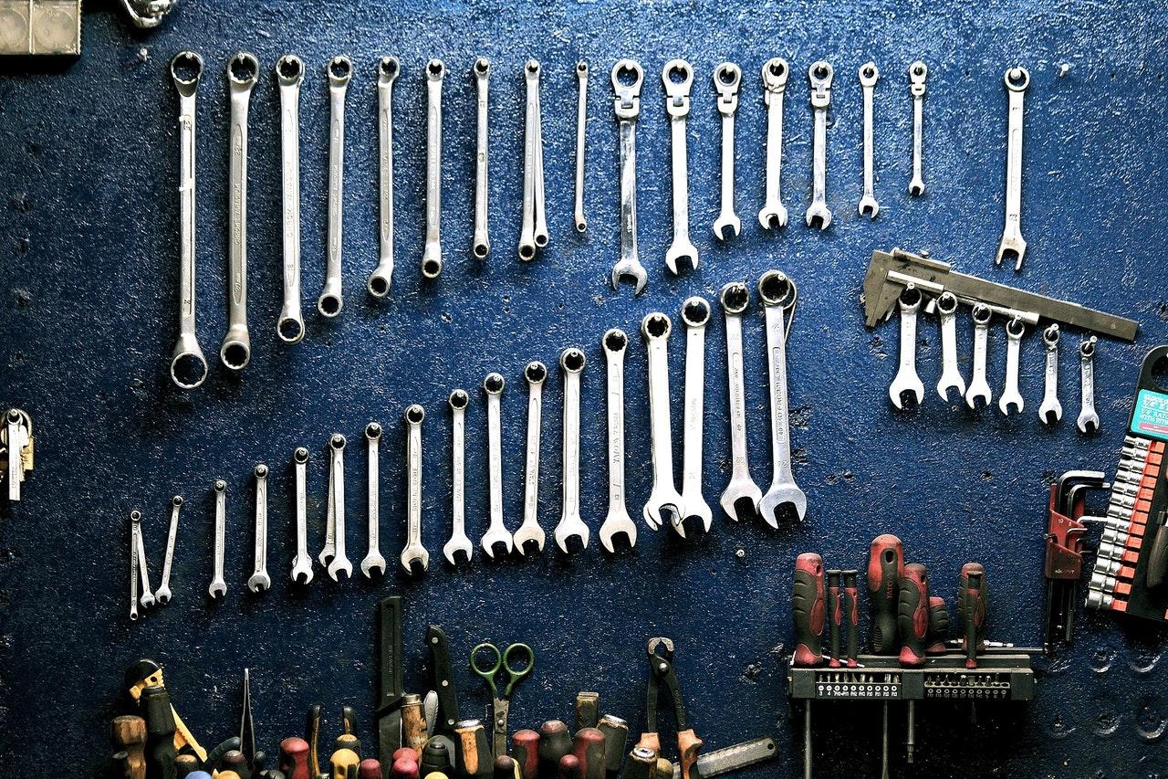 automobilio taisymo įrankiai ant stalo