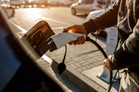 Lietuviai gręžiasi į elektromobilius ir hibridus: kol kas atbaido tik kaina